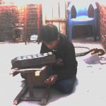 Ein Kind, das arbeitet, statt in die Schule zu gehen.